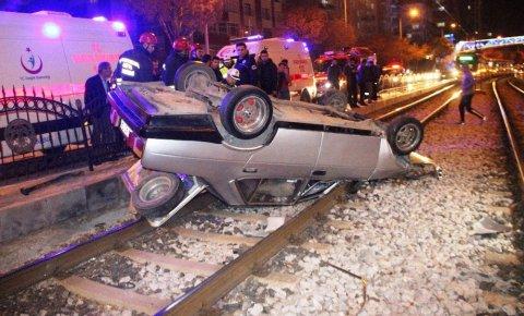 Konyada otomobil kontrolden çıktı, tramvay yoluna girdi!