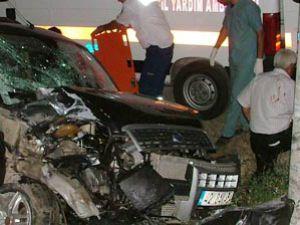 Otomobil kamyoneti sıkıştırdı; 3 yaralı