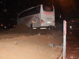 Yolcu otobüsü kavşaktaki toprağa saplandı