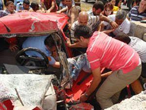 Kaza yapan genç aracında sıkıştı