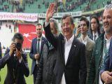 Davutoğlu, sahaya inerek Konyaspor'u tebrik etti